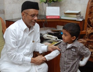 Jaihoon Jr. shaking hands with Sayyid Haider Ali Shihab Thangal, president Kerala State Muslim League (Oct 2009)