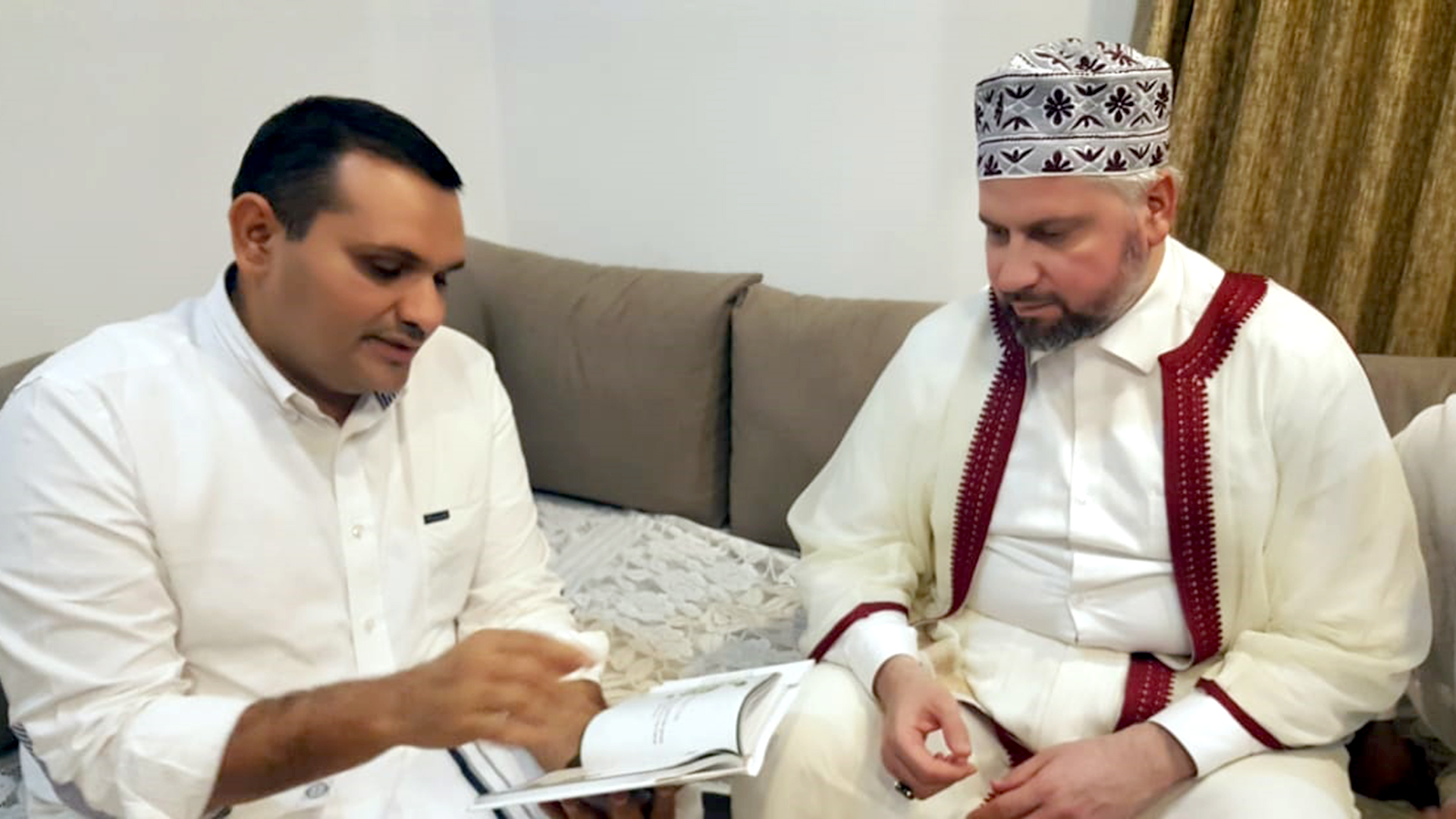 Sayyid Munavvarali Shihab Thangal briefs Mohamed Khair Al-Ghabani alhusaini about the quotations of his father, Sayyid Shihab Thangal.